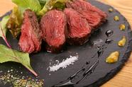 低温で20分かけて仕上げるレアな鹿肉。様々な自家製ソースで味わう『本川さんの鹿肉 シンタマステーキ』