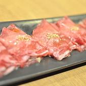大判にカットされた牛タン。タン元~タン先まで味わえ、特製ネギをたっぷり包んで味わえる贅沢な一品。