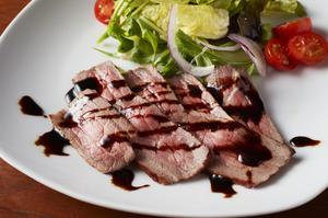 良質な赤身肉をお店で焼き上げた『牛モモ肉のローストビーフ』