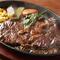アツアツの鉄板に乗ったジューシーなお肉を楽しむ『牛サーロイン 150g』