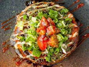 トマトの酸味とチーズのコクが絡み合う『お好み焼き トマト&チーズ』