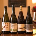 体に優しい自然派ワインをソムリエがセレクト。旬の食材をもとに日々変わるシェフの料理に合うように、イタリア、フランス、カリフォルニア、日本など常時50種類以上のワインが揃っています。