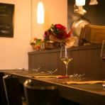 自然派食材にこだわる【Winedining CONCERTO】は、オレンジ系の明るいブラインドやウッディな家具でコーディネートされており、ナチュラルな雰囲気。心と体に優しい空間で、2人はきっと自然体で過ごせるはずです。