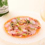 島根県の浜田港から直送される旬の鮮魚を使用し、シェフが魚の味や食感、その日の気候に合わせてソースを決める、まさにその日一期一会の味です。添えらえるハーブも、季節を感じる色と香りのアートです。