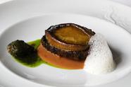 新鮮な国産黒鮑を贅沢に使った、磯の香り豊かな『黒鮑とその肝のソテー』