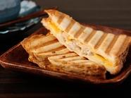 「神戸ポーク」とチーズ2種の甘味がマッチした『自家製ハムのクロックムッシュ+ホットコーヒー』