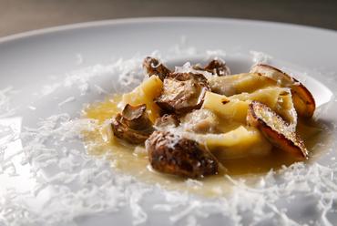 希少なトモサンカクの上質な脂と甘みを堪能『自家製ブレザオラ 温卵バーニャソース イタリア産トリュフ』