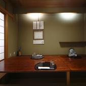 二階にある静かな和室で、食事と会話を楽しんで