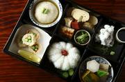 始まりは仕出し中心の料理屋だけあって、鱧づくしと肩を並べる名物が『お弁当』。前日までの予約で2160円~(写真は3240円)。引き渡しは11~19時なので、京都旅の最後に新幹線で楽しむのもあり。