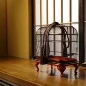 掛け軸や置物など、室内のしつらえでも季節を細やかに表現