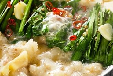 黒毛和牛の新鮮なもつをじっくり煮込んだ牛骨スープがベースの『塩もつ鍋』