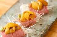 炙ったサーロインの旨味と「地うに」の濃厚な味わいが絶妙なバランスを生む。素材を楽しむ『うに肉』