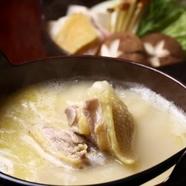 産地直送で届く丸ごと一羽を、贅沢に、そして白濁になるまでじっくりと煮込んだ『比内地鶏のコラーゲン鍋』