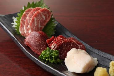 厳選された「馬刺し」の旨みと新鮮さが口いっぱいに広がる『熊本県 極上馬刺し盛り合わせ(1人前)」