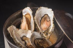 北海道厚岸産の食べ応えある一品『厚岸産カキの白ワイン蒸し』