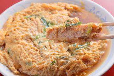 台抜きと呼ばれる、伝統の名物料理『カツ玉』