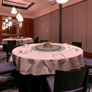 最大で80人まであらゆるシチュエーションで利用できる個室。円卓を囲んでの優雅な食のひととき。会食から懇親会・パーティーなど活躍の場面を限定させません。