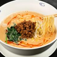 自家製胡麻ペーストとカシューナッツのペーストが濃厚な味わいの担々麺。オリジナルブレンドしたスープがコクと深みを演出しています。