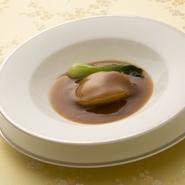 長寿の縁起物、あわびをふっくらと柔らかく煮込みました。 時間をかけて丁寧にとった上湯の味わいをご堪能ください。