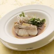 白身魚の繊細な味わいを特製のソースが引き立てます。