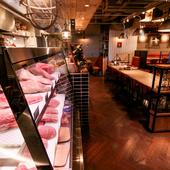 その日のおすすめ熟成肉が一堂に並ぶ、専用のセラーを完備