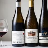 赤、白、シャンパンを合わせ10種ほどグラスで楽しむことができる。また10皿なら10種、すべての料理に合うお酒を少量ずつペアリングできるコースも。日本酒を組み込んだり、デザートペアリングをすることもできます。