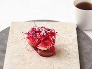 仔鳩、ビーツ、イチヂク、紫蘇を使った前菜