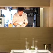 料理の仕上げをするのは、半オープンになったキッチンのカウンターで。料理を作っている臨場感を楽しみつつ、会話も楽しみながら食事ができる作りになっています。