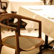 徳島県の「宮崎椅子製作所」に作っていただいた、ウォールナットの継ぎ目のない美しい曲線の椅子。メッシュの座面は長時間座っても蒸れません。座り心地のいい椅子でゆっくりリラックスして食事を楽しんでください。