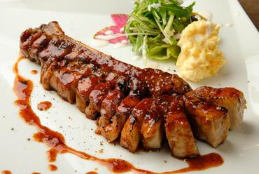 甘辛いタレが肉の中まで染み込んで、抜群に美味しい『特大スペアリブ』