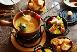 女性人気のチーズフォンデュ♪大好評につき、平日限定で先着6組様はチーズフォンデュ食べ放題に変更可能♪
