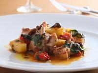 『イタリア産 仔ウサギとじゃが芋、オリーヴ、チェリートマトのイスキア風ロースト』