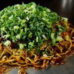 イカ天・シソ・青ネギが入った、王道の広島お好み焼き。熱に強いコシのあるそばを入れ、押さえつけずに焼いた「フワパリ」の極旨食感を楽しめます。広島から取り寄せた「カープソース」で仕上げた本場の味です。
