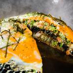 備長炭を練りこんだ特製麺を使った『マチョーキー』が自慢。広島お好み焼きの店【川創】をリスペクトした料理です。脂質・糖質を吸収しづらいヘルシーさと、熱に強いコシのある麺と納豆・玉子が絶妙の旨さです。