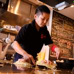 とにかく本場の味にこだわった、美味しい『広島お好み焼き』をご提供いたします。会話を交えながら、一番美味しい瞬間に、目の前の鉄板にお届けします。熱々の鉄板をお皿替わりにお召し上がりください。