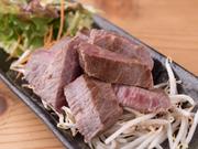 赤身肉の濃い味わいとジューシーな食感が嬉しい鉄板焼です。外は香ばしく、中はレア感の残るしっとりとした食感。肉汁を余すことなく食べつくしたい、お酒が進む一品です。