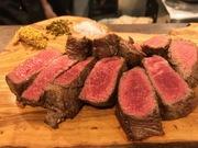 秋田のスイスと言われた東成瀬村の広大な草原で育てられた脂肪分の少ないお肉で、噛めば噛むほどに赤身の旨味をお楽しみ頂けます。