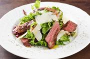 上質なサーロインはグリルのみでシンプルにいただきます。タリアータとは、イタリア語で薄切りという意味。スライスされた肉と、歯応えがあり苦味と香りのある野菜を一緒に食べるとおいしさがさらに増します。