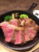 秋田のスイスと言われた東成瀬村の広大な草原で育てられた脂肪分の少ないヘルシーな肉質は噛めば噛むほどに赤身の旨味をお楽しみ頂けます。