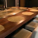 店内は、Barのような雰囲気漂うスタイリッシュな空間なので、いつもと違った気分で鉄板焼きが堪能できます。また、カウンターは、目の前に鉄板があるので、料理のライブ感が楽しめます。