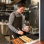 この仕事を始めたいと思ったきっかけが、「人と楽しい時間を過ごしたい!」といった気持ちからだったので、お客様が美味しい食事ができ、楽しく過ごせる雰囲気を一番に大切にしています。