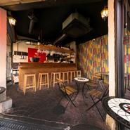 カウンター6席とテラス席22席という開放感溢れる空間。アテだけではなく、しっかりとディナーを楽しめる料理も用意されており、日常使いのデートにもぴったりです。