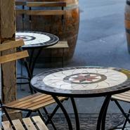 店先にはテラス席があり、爽やかな風を感じながらワインを楽しめるのが魅力です。ワインの樽をテーブルにして、立ち飲みもよし。春先~秋口まで、オープンテラス席として利用できます。
