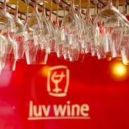 世界各国から厳選された高級ワインが週替わりで用意されています。グラスワインで気軽に飲めるのも嬉しいところ。3か月ごとにカレンダーで提供内容が案内されるホームページは要チェックです。