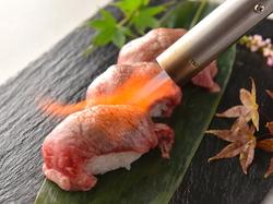 話題の炙り肉寿司は食べ放題で!大人気の名物コースです。