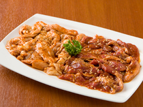 一度食べるとやみつきになる味わい『赤肉(豚サガリ)とホルモン焼き』