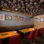 トスカーナでソムリエ国家資格を取得したオーナー夫妻がもてなす心地良い空間。料理とワインのプロが生み出す楽しい時間が待っています。ぶどう畑の棚仕立てを思い描いた天井と壁の写真に生産者への想いが宿ります。