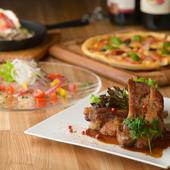 落ち着いた色調で統一された空間に、彩り豊かな料理が映える