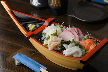 その日仕入れの旬の鮮魚を、お手頃価格でいただける『お造り盛り合わせ 中』