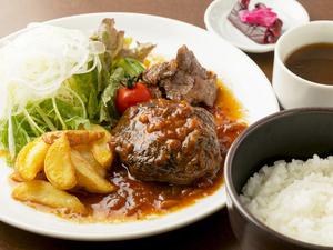 肉汁たっぷりのハンバーグ、焼肉、フライドポテトのトリプルセット『一本松定食』